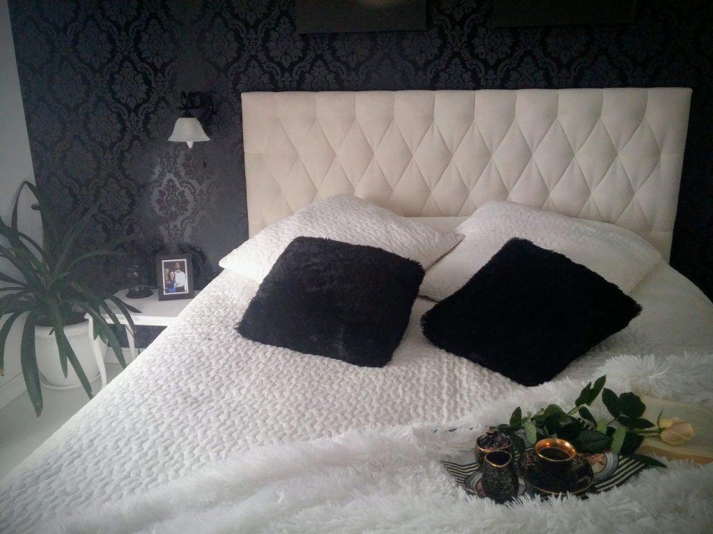 czarna ściana w sypialni